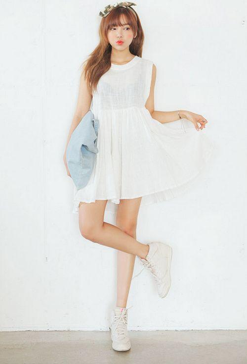 váy ngắn cùng giày sneakers trắng