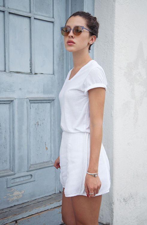 Phối ngay áo thun trắng cùng quần short trắng