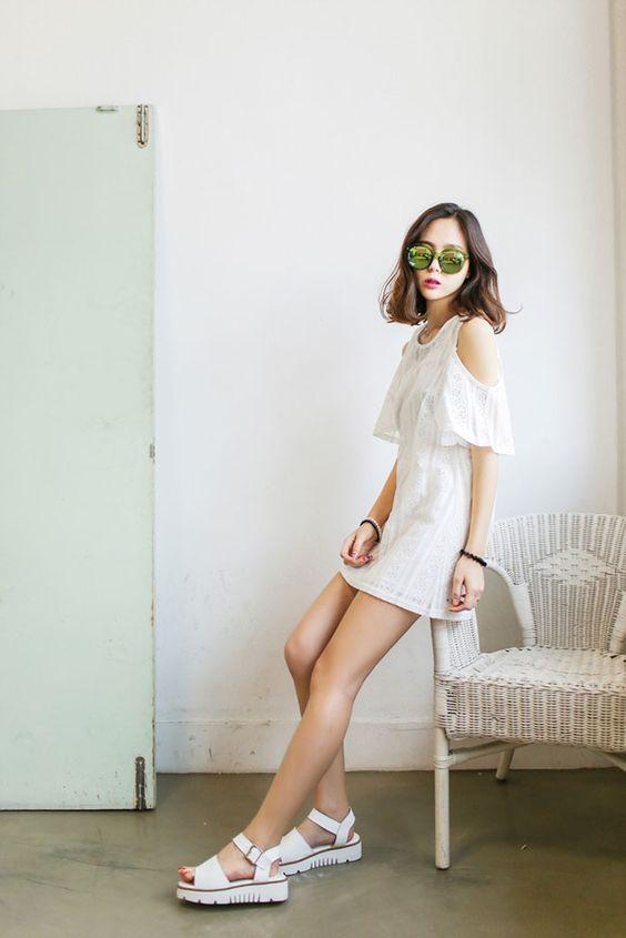Váy rớt vai cùng sandal trắng