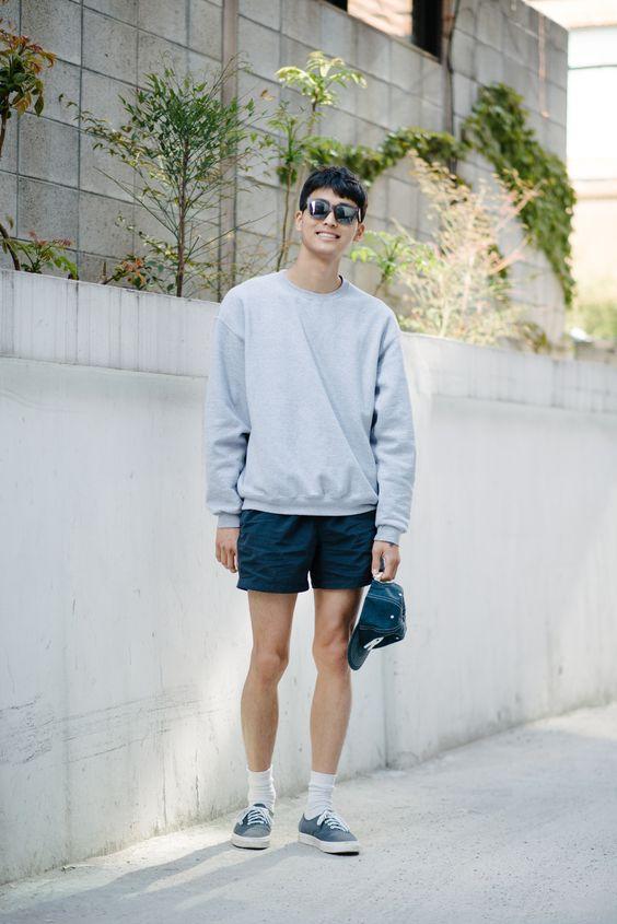 Phối cùng áo thun hay áo hoodie dài tay