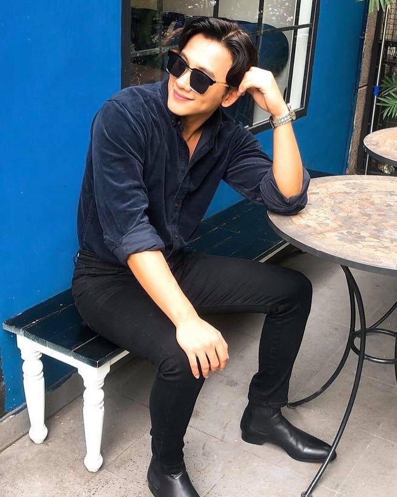 áo sơ mi và quần skinny đen