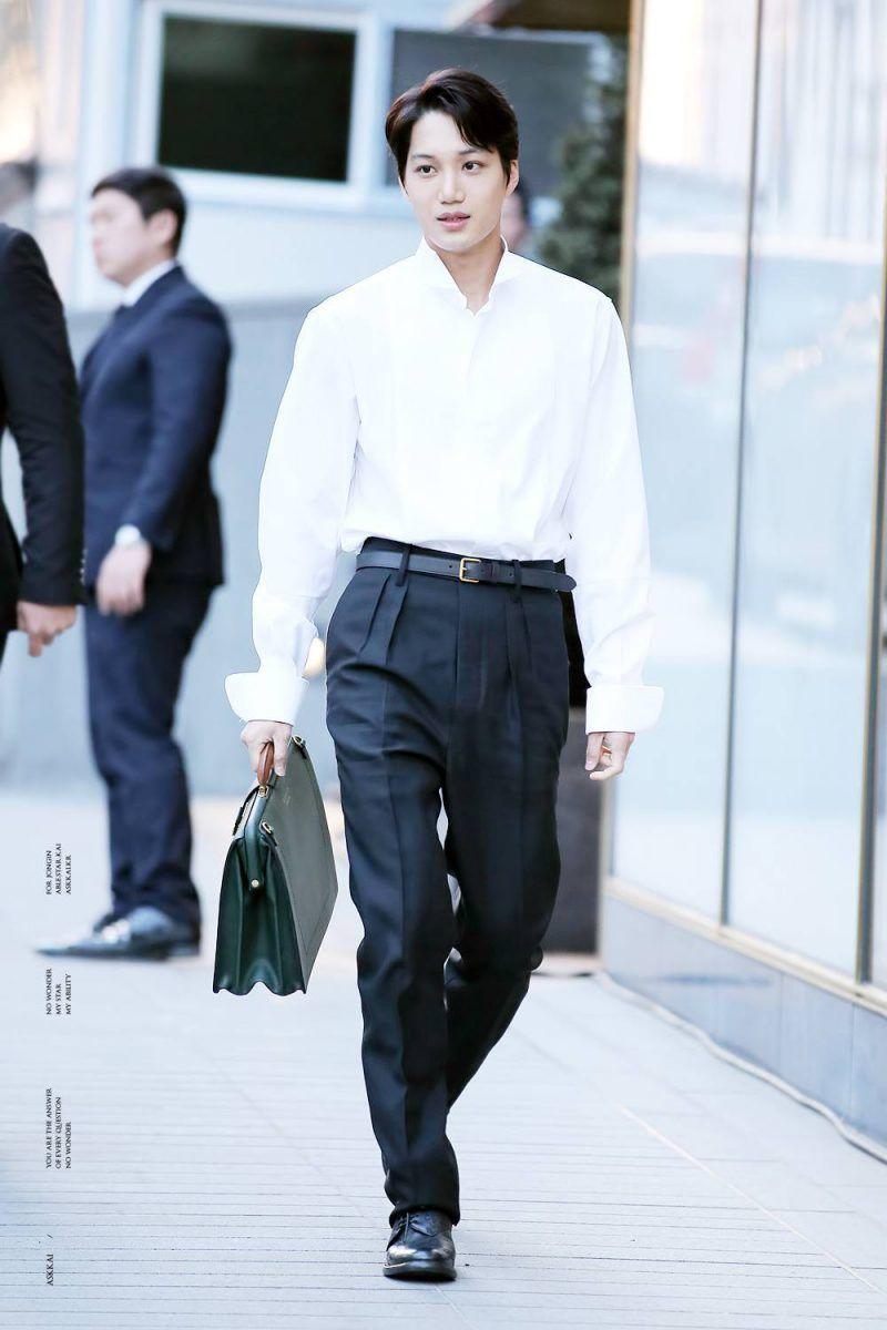 áo sơ mi trắng và quần tây đen