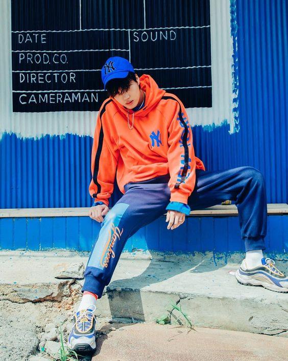 quần jogger và áo hoodie nổi bật