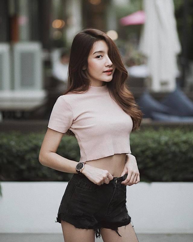 Áo croptop len tăm phối cùng short jean rách