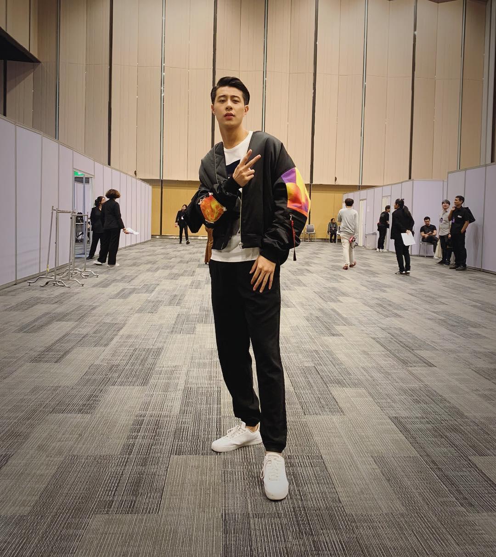 Áo thun, quần jogger cùng áo khoác bomber tạo nên một tổng thể đầy phong cách