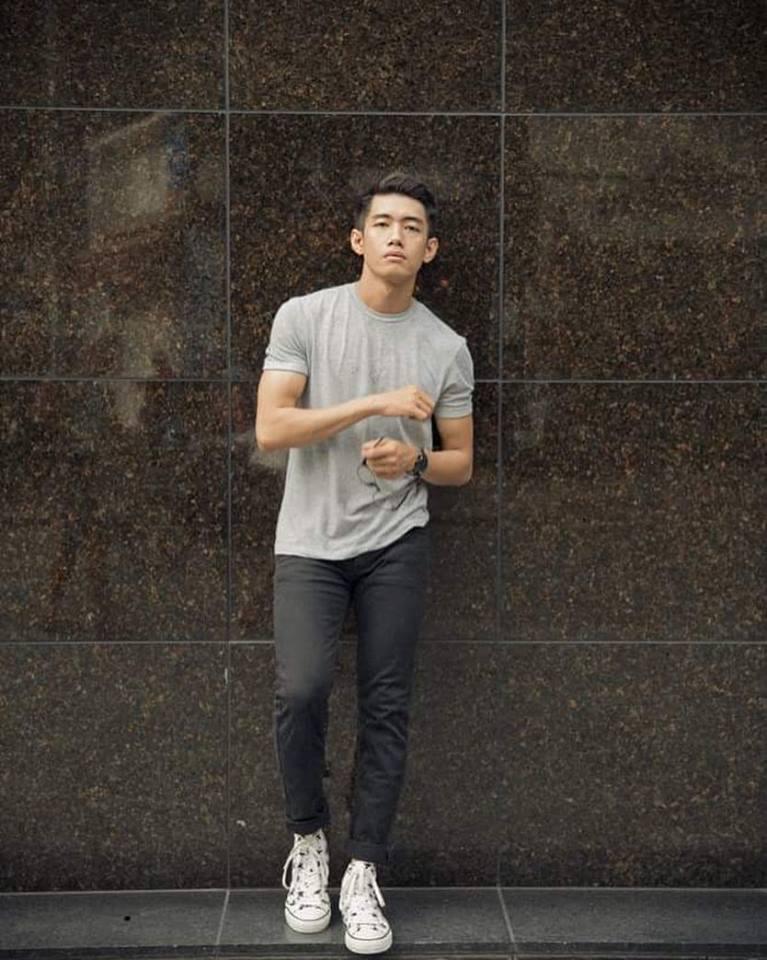 Áo thun xuất khẩu phối cùng quần jeans đen