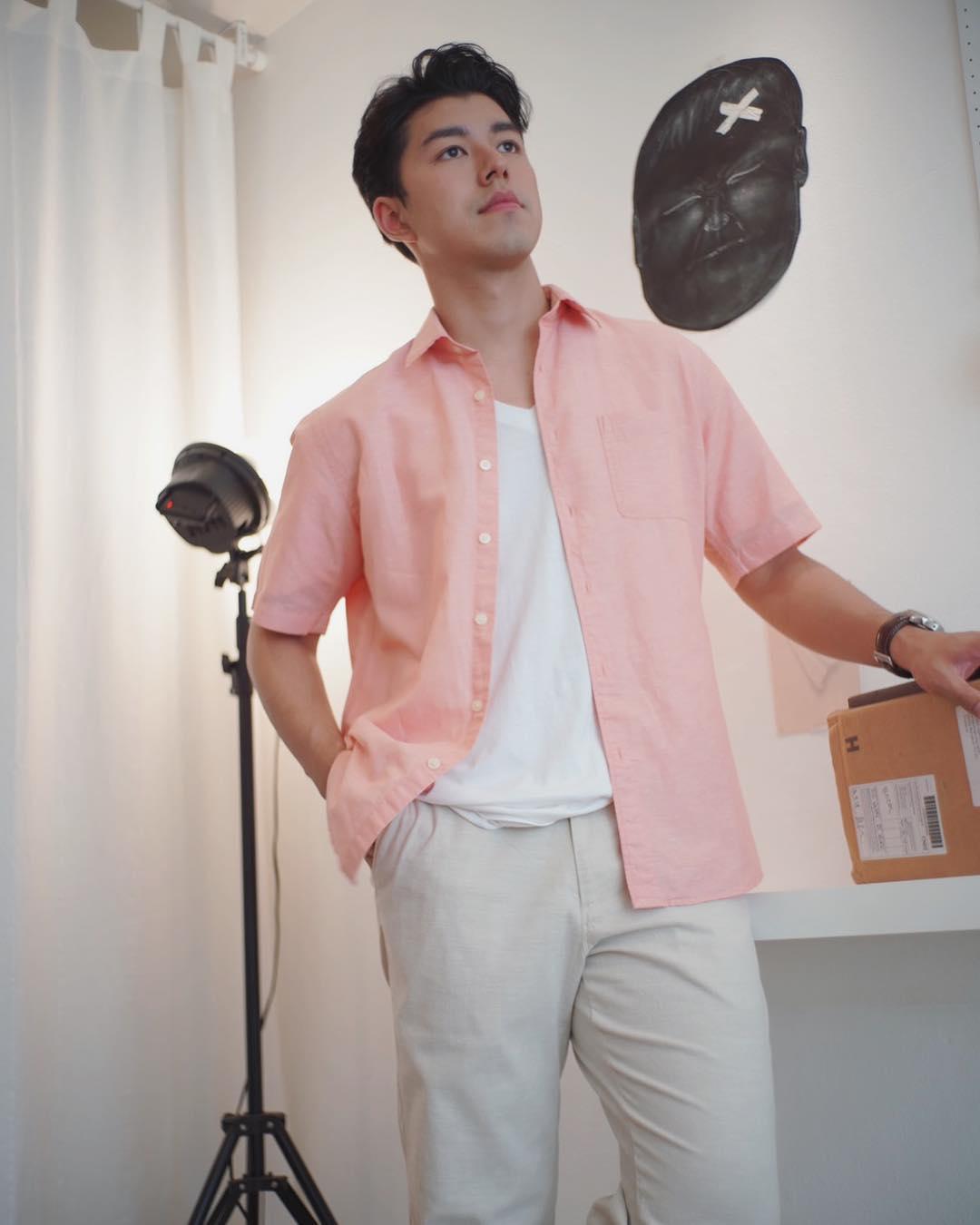 Phối áo thun trắng cùng áo sơ mi hồng nhạt