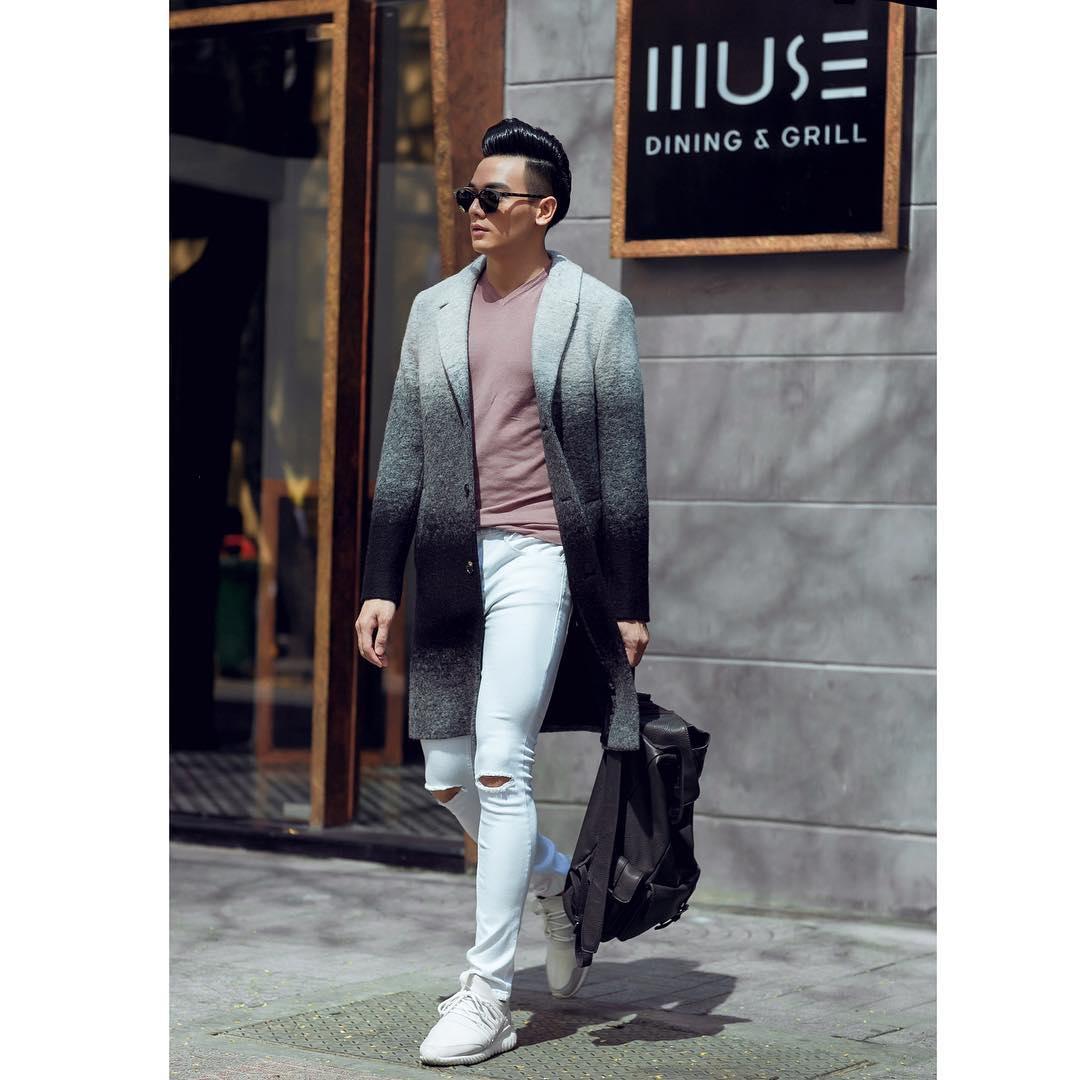 Phối áo thun cổ tim tone hồng cùng quần jeans trắng rách gối