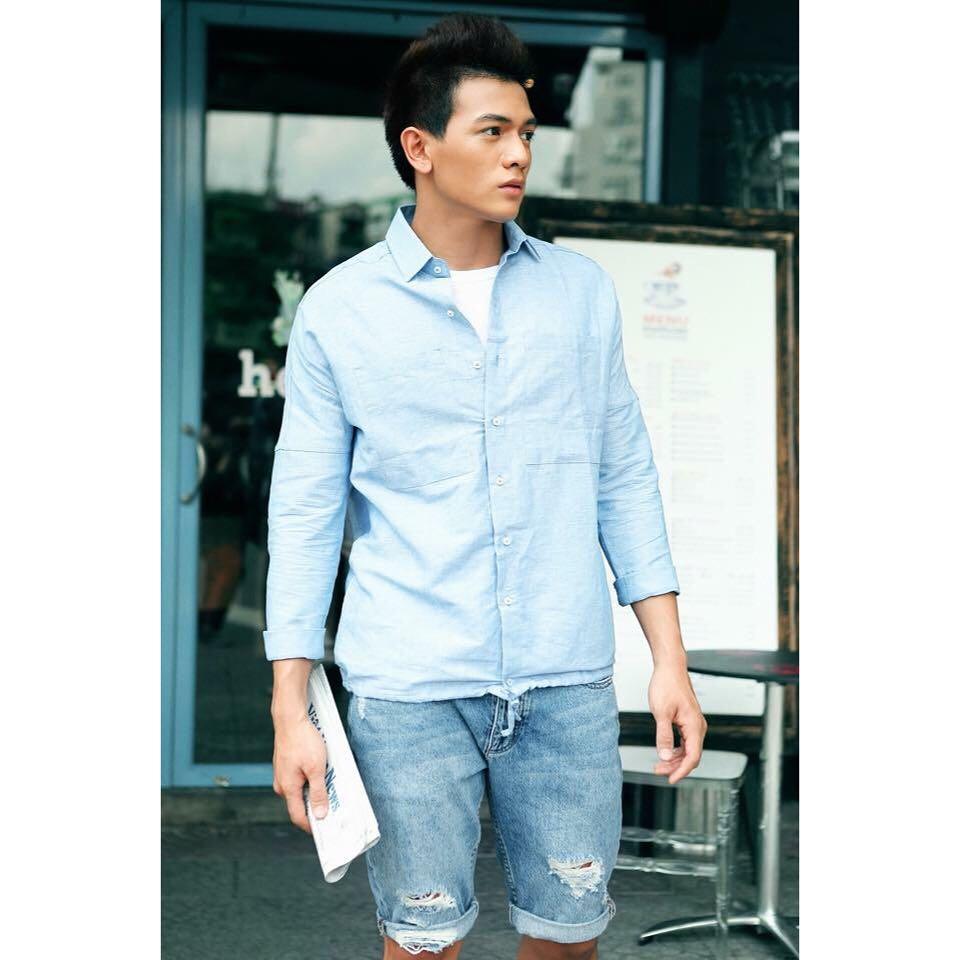 Phối áo sơ mi cùng quần short jeans rách gối