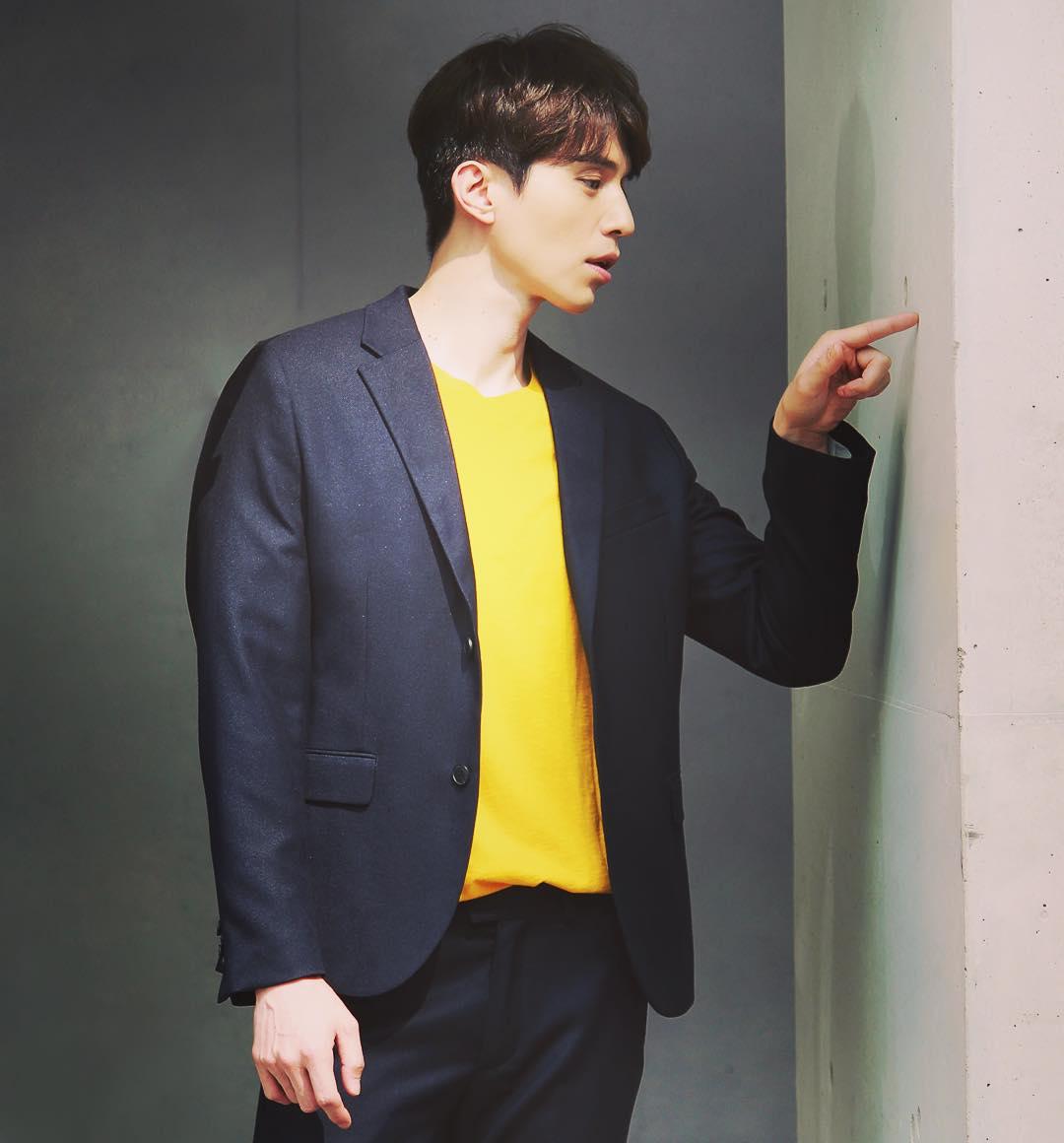 áo thun màu vàng rực rỡ phối cùng bộ suit xanh đậm