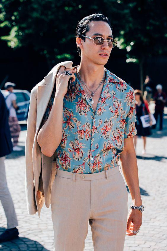 Phổ biến nhất hiện nay chính là phối áo mang họa tiết Tropical cùng quần tây