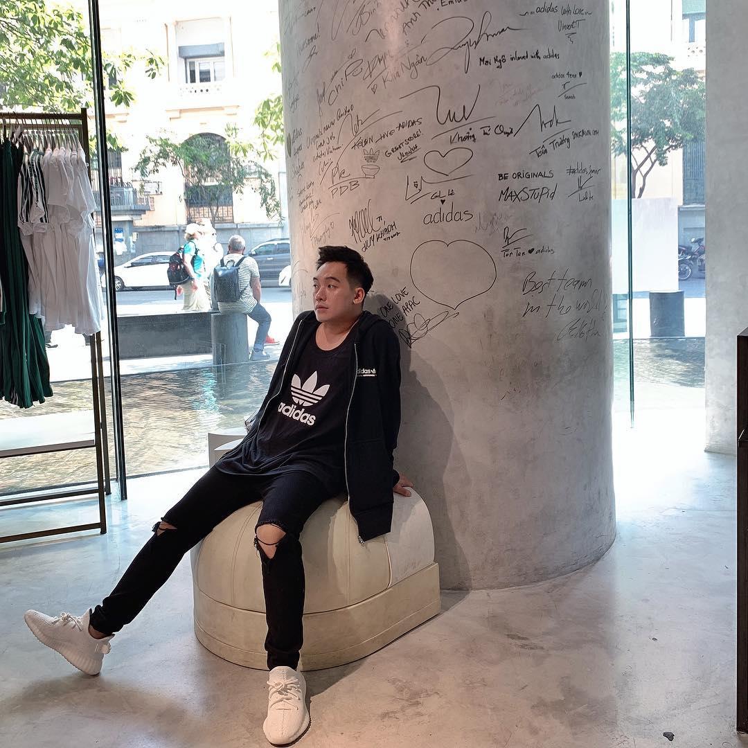 Áo thun Adidas kết hợp cùng quần jeans skinny rách gối
