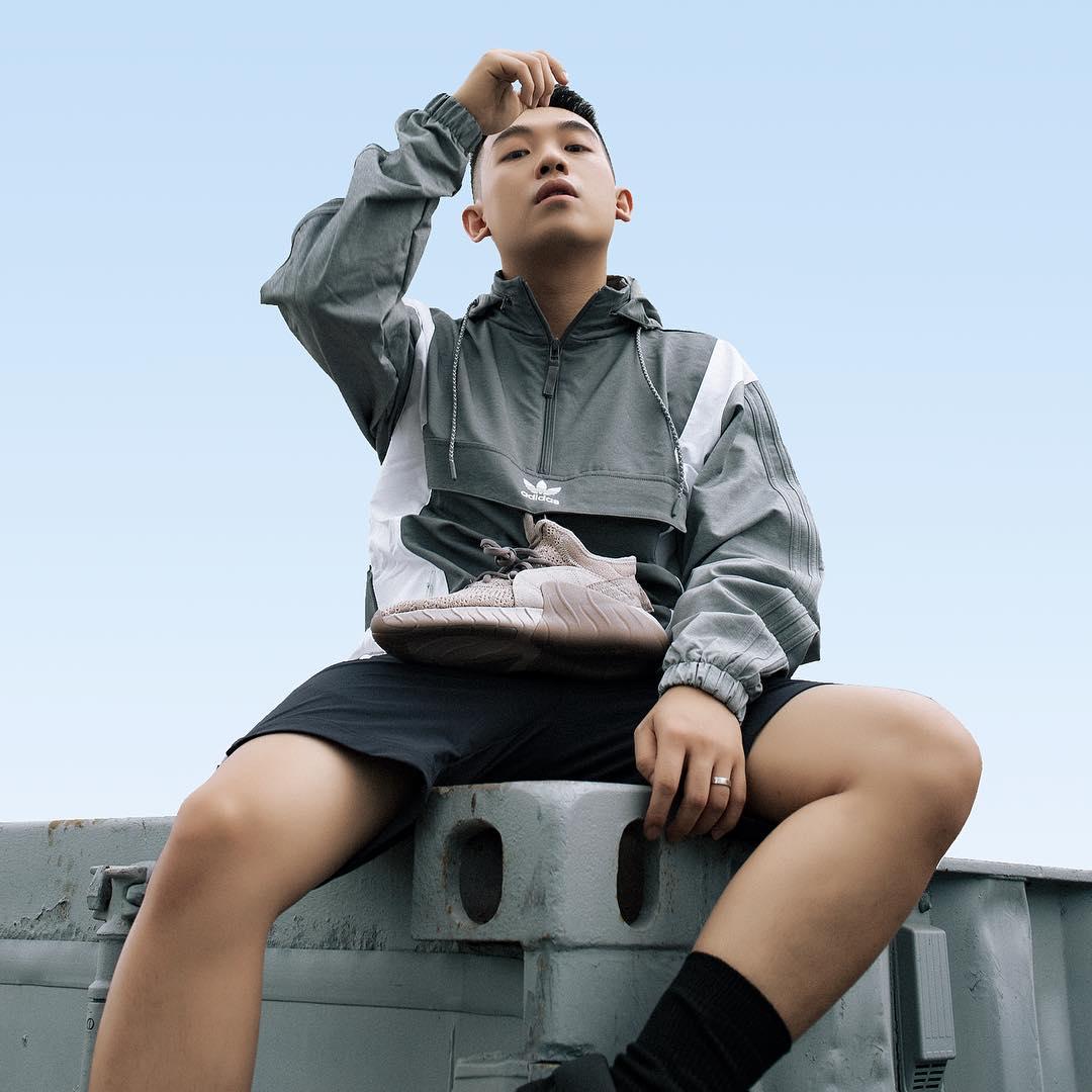 Áo khoác Adidas với chất liệu dù
