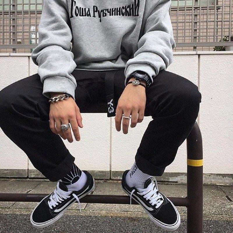 Kết hợp với các kiểu áo sweater