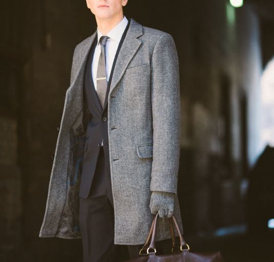 Phối đồ với áo khoác dạ nam mặc cùng bộ đồ suit/vest