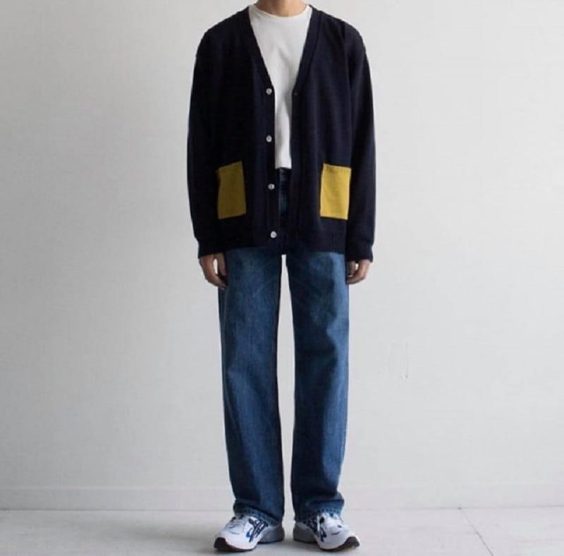 2. Quần jean ống rộngphối hợpáo phông trắng, áo khoác cardigan tối màu