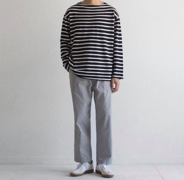 Quần jean ống suông, giày thể thao trắng, áo khoác len màu tối