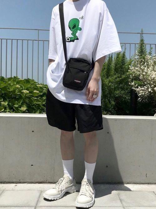 phối đồ với áo thun unisex form rộng với quần đùi