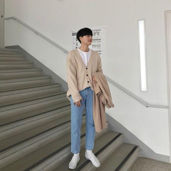Phối áo len, quần jean và giày thể thao