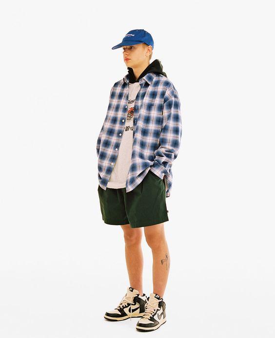 Phối quần tây với giày sneaker trắng